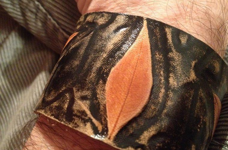 ръчно-гравирана-кожена-гривна-есенни-листа